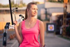 Γυναίκα με το τόξο Στοκ φωτογραφία με δικαίωμα ελεύθερης χρήσης