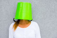 Γυναίκα με το υπερυψωμένο κρύψιμο κάδων στοκ εικόνες