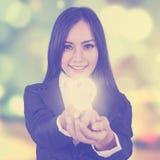 Γυναίκα με το υπόβαθρο λαμπών φωτός και θαμπάδων Στοκ φωτογραφίες με δικαίωμα ελεύθερης χρήσης