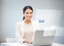Γυναίκα με το φορητό προσωπικό υπολογιστή και την εικονική οθόνη Στοκ φωτογραφία με δικαίωμα ελεύθερης χρήσης