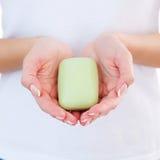 Γυναίκα με το φραγμό σαπουνιών. στοκ εικόνα με δικαίωμα ελεύθερης χρήσης