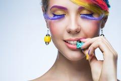 Γυναίκα με το φωτεινό makeup Στοκ εικόνες με δικαίωμα ελεύθερης χρήσης