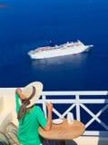Γυναίκα με το φλιτζάνι του καφέ σε Santorini Στοκ Εικόνες