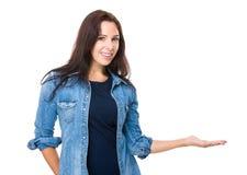 Γυναίκα με το χέρι παρόν στοκ φωτογραφία