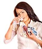 Γυναίκα με το χαρτομάνδηλο που έχει τις ταμπλέτες και τα χάπια. Στοκ Εικόνα