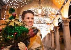 Γυναίκα με το χριστουγεννιάτικο δέντρο που στέκεται κάτω από το φως Χριστουγέννων, Βενετία Στοκ φωτογραφία με δικαίωμα ελεύθερης χρήσης
