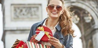 Γυναίκα με το χριστουγεννιάτικο δώρο κοντά Arc de Triomphe στο Παρίσι Στοκ Εικόνες