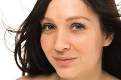 Γυναίκα με το όμορφο πορτρέτο Brunette στούντιο υγιών μακρυμάλλες και δερμάτων νέο Στοκ Εικόνες