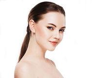 Γυναίκα με το όμορφο πρόσωπο, το υγιές δέρμα και την τρίχα της σε ένα πίσω στενό επάνω στούντιο πορτρέτου στο λευκό Στοκ Εικόνες