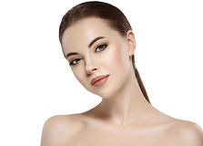 Γυναίκα με το όμορφο πρόσωπο, το υγιές δέρμα και την τρίχα της σε ένα πίσω στενό επάνω στούντιο πορτρέτου στο λευκό Στοκ Εικόνα