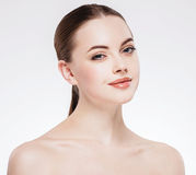 Γυναίκα με το όμορφο πρόσωπο, το υγιές δέρμα και την τρίχα της σε ένα πίσω στενό επάνω στούντιο πορτρέτου στο λευκό Στοκ φωτογραφία με δικαίωμα ελεύθερης χρήσης