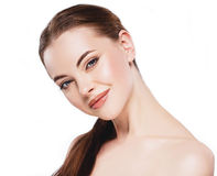 Γυναίκα με το όμορφο πρόσωπο, το υγιές δέρμα και την τρίχα της σε ένα στενό επάνω στούντιο πορτρέτου ώμων στο λευκό Στοκ Εικόνες