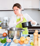Γυναίκα με το δύσοσμο τηγάνι στην κουζίνα Στοκ Εικόνες