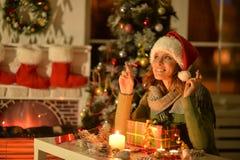 Γυναίκα με το δώρο Χριστουγέννων Στοκ Φωτογραφία