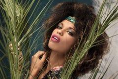 Γυναίκα με το afro hairstyle και τη γοητεία makeup στοκ φωτογραφία