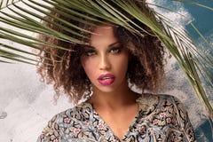 Γυναίκα με το afro hairstyle και τη γοητεία makeup στοκ εικόνα