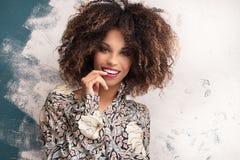Γυναίκα με το afro hairstyle και τη γοητεία makeup στοκ εικόνες