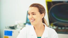 Γυναίκα με το alb στο εργαστήριο, επιστήμη, ερευνητής στοκ εικόνες με δικαίωμα ελεύθερης χρήσης