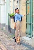 Γυναίκα με το chihuahua στην παλαιά πόλη Στοκ εικόνες με δικαίωμα ελεύθερης χρήσης