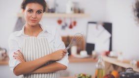 Γυναίκα με το corolla που στέκεται στην κουζίνα στοκ εικόνες