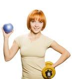 Γυναίκα με το fitball και τους αλτήρες στοκ φωτογραφία με δικαίωμα ελεύθερης χρήσης