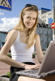 Γυναίκα με το lap-top αστικό να περιβάλει υψηλής τεχνολογίας στοκ φωτογραφίες