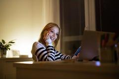 Γυναίκα με το lap-top και το smartphone, που κάνουν το τηλεφώνημα Στοκ φωτογραφία με δικαίωμα ελεύθερης χρήσης