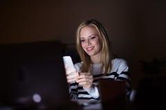 Γυναίκα με το lap-top και το smartphone, Στοκ Εικόνα