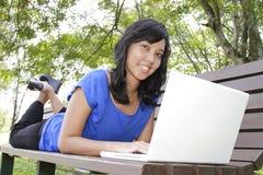 Γυναίκα με το lap-top Στοκ Φωτογραφία