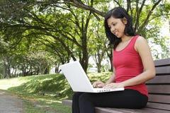 Γυναίκα με το lap-top Στοκ εικόνες με δικαίωμα ελεύθερης χρήσης