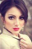 Γυναίκα με το makeup και τις πολύτιμες διακοσμήσεις στοκ εικόνα με δικαίωμα ελεύθερης χρήσης