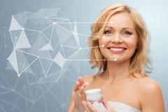 Γυναίκα με το moisturizer και τη χαμηλή πολυ προβολή Στοκ Φωτογραφία