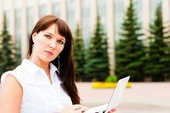 Γυναίκα με το netbook στοκ φωτογραφία με δικαίωμα ελεύθερης χρήσης