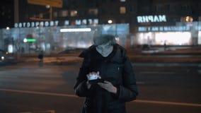 Γυναίκα με το PC ταμπλετών στην οδό νύχτας απόθεμα βίντεο