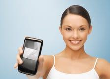 Γυναίκα με το smartphone με το σημάδι φακέλων Στοκ Εικόνα