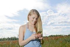 Γυναίκα με το smartphone Στοκ Εικόνα