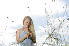 Γυναίκα με το smartphone Στοκ Φωτογραφίες