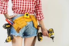 Γυναίκα με το toolbelt και το τρυπάνι στοκ φωτογραφία με δικαίωμα ελεύθερης χρήσης