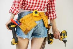 Γυναίκα με το toolbelt και το τρυπάνι στοκ φωτογραφία