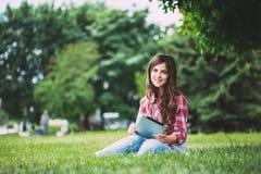 Γυναίκα με το touchpad υπαίθρια στοκ εικόνες