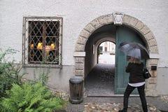 Γυναίκα με το unbrella στο Σάλτζμπουργκ στοκ εικόνες