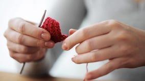 Γυναίκα με το unweaving πλέξιμο γάντζων τσιγγελακιών φιλμ μικρού μήκους