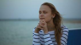 Γυναίκα με το wistful βλέμμα απόθεμα βίντεο