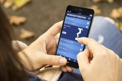 γυναίκα με app ικανότητας το τηλέφωνο στο πάρκο Στοκ εικόνα με δικαίωμα ελεύθερης χρήσης