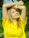 Γυναίκα με camomile Στοκ Φωτογραφία