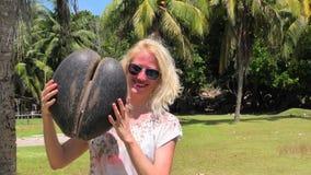 Γυναίκα με coco de mer φιλμ μικρού μήκους
