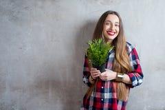 Γυναίκα με flowerpot στοκ εικόνα