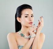 Γυναίκα με Makeup και το κόσμημα μαργαριταριών Στοκ εικόνες με δικαίωμα ελεύθερης χρήσης