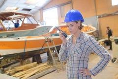 Γυναίκα με walkie-talkie και το κράνος στοκ εικόνα με δικαίωμα ελεύθερης χρήσης