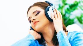 Γυναίκα μουσικής Μουσική ακούσματος κοριτσιών με τα ακουστικά Στοκ εικόνες με δικαίωμα ελεύθερης χρήσης